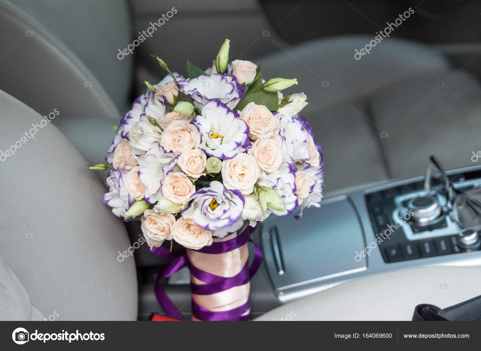 Hochzeitsstrauss Im Auto Stockfoto C Alex Ishchenko 164069600