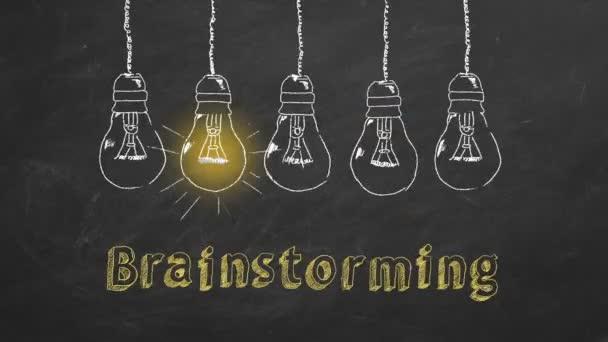 Egy sor villogó volfrám villanykörte krétával rajzolva egy táblán. Az ötletelési folyamat koncepciója.