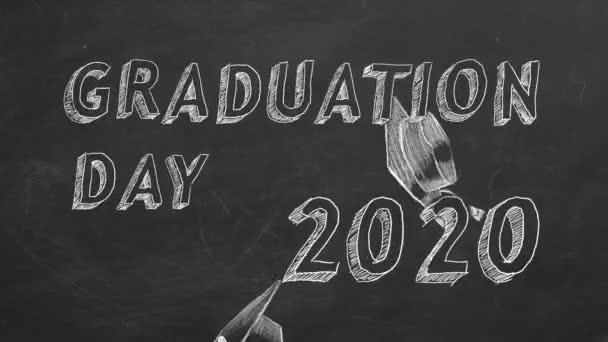 Ručně kreslený text Den promoce. 2020.  a maturitní čepice na tabuli.