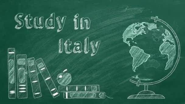 Písmena Studium v Itálii, rotující glóbus a školní knihy jsou kresleny křídou na tabuli. Studijní koncept v zahraničí.