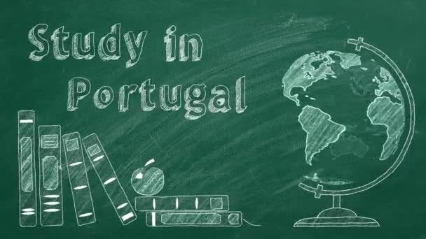 A Study in Portugal (Tanulmány Portugáliában) felirat, a forgó földgömb és az iskolai könyvek krétával vannak rajzolva egy táblán. Külföldi tanulás fogalma.