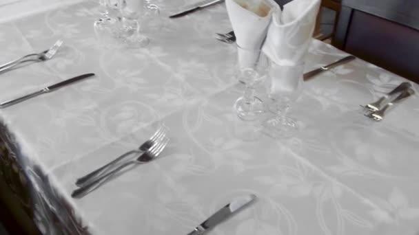 Prázdná tabulka s bílým ubrusem