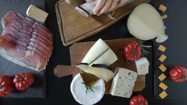 Různé sýry a salámy