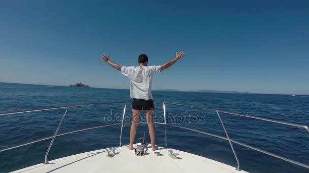 Muž čelí větru na přídi člunu