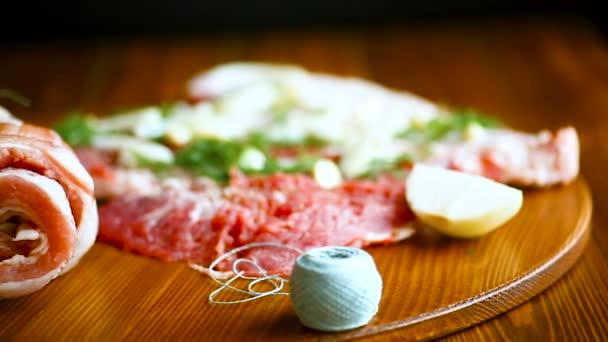 Role masa s různými koření a bylin na dřevěný stůl