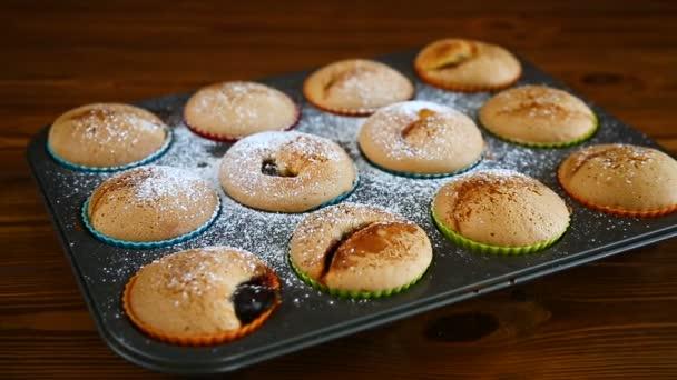 Sladké pečené muffiny s ovocnou náplní v polevě cukru