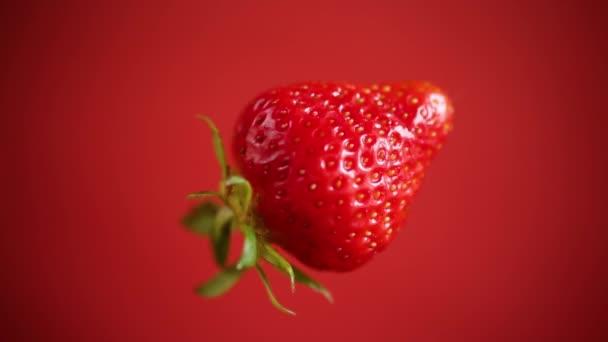 egy piros érett eper piros háttér