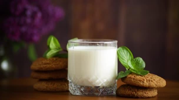 ovesné sušenky se sklenicí čerstvého mléka k snídani