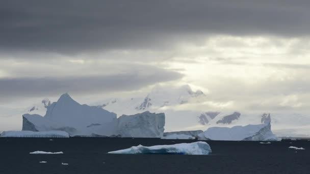 Schöne Aussicht auf Eisberge in der Antarktis