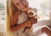 Vörös cica kislány