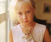 Holčička s červenou kotě