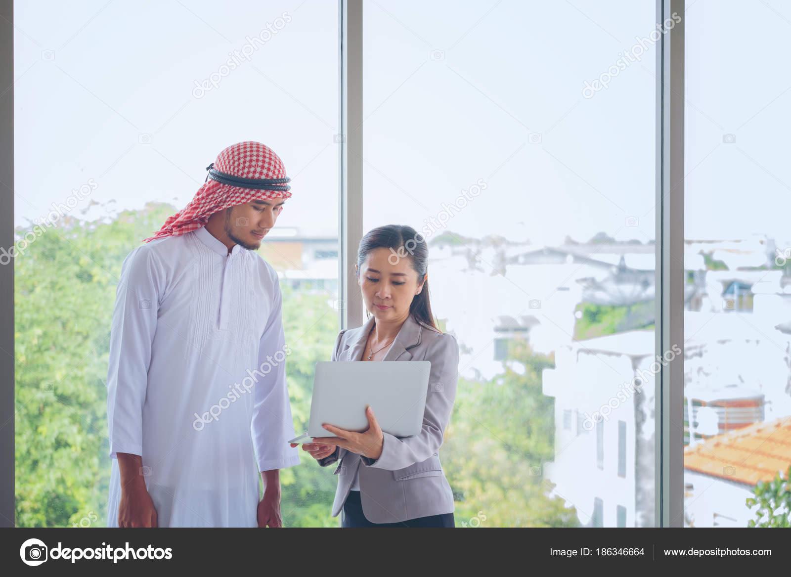 Businessp homme arabe eople avec tablette en bureau numérique m