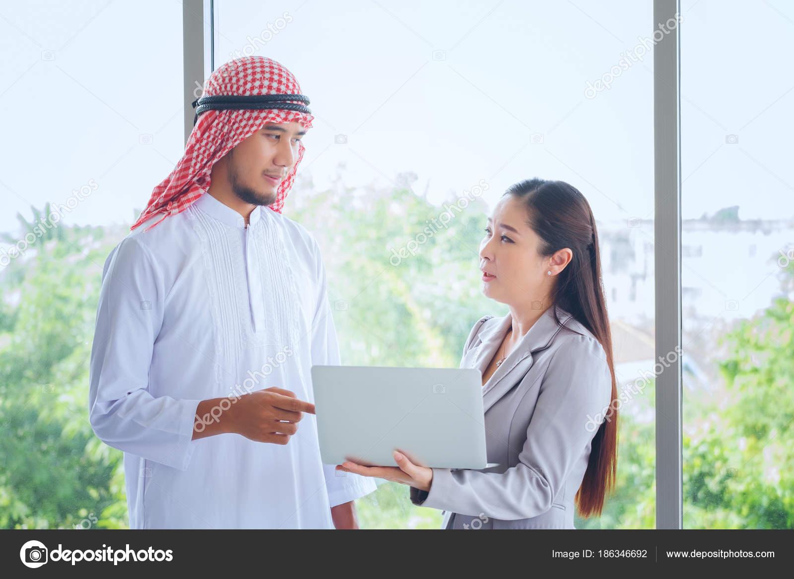 Homme d affaires peuple arabe avec digital tablette en bureau m