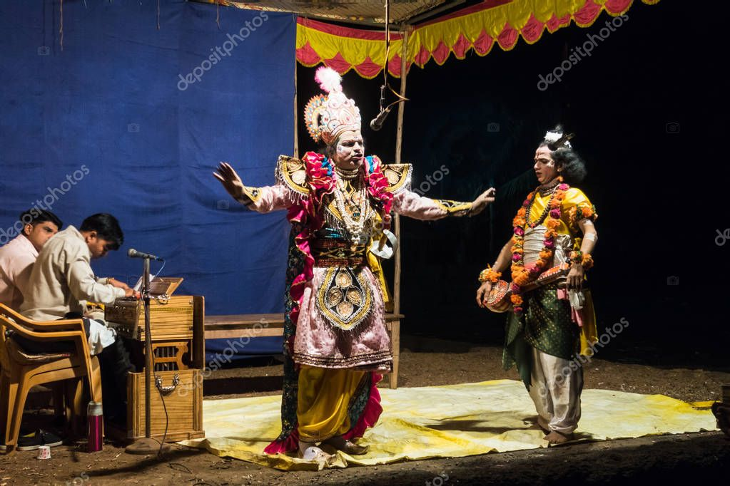 The performance in amateur street theater in India during Holi -