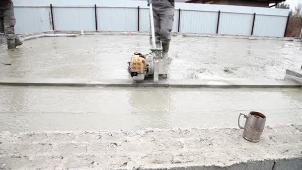 Betonmischung vom Betonmischer auf Betonschalung gießen