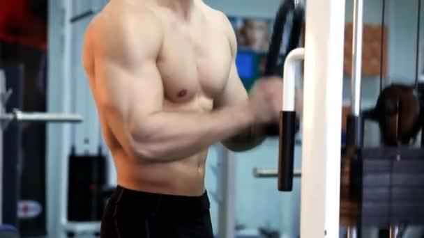 Mladý atletický muž provést svalové cvičení