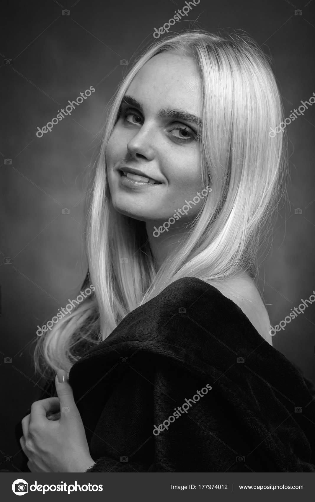 Блондинка в черном халате