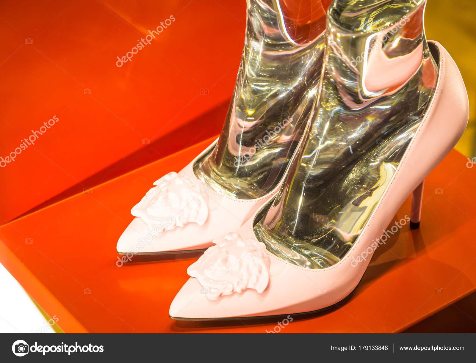 9ba0443aacb3 Παπούτσια μόδας στο Μιλάνο - Ιταλία — Φωτογραφία Αρχείου ...