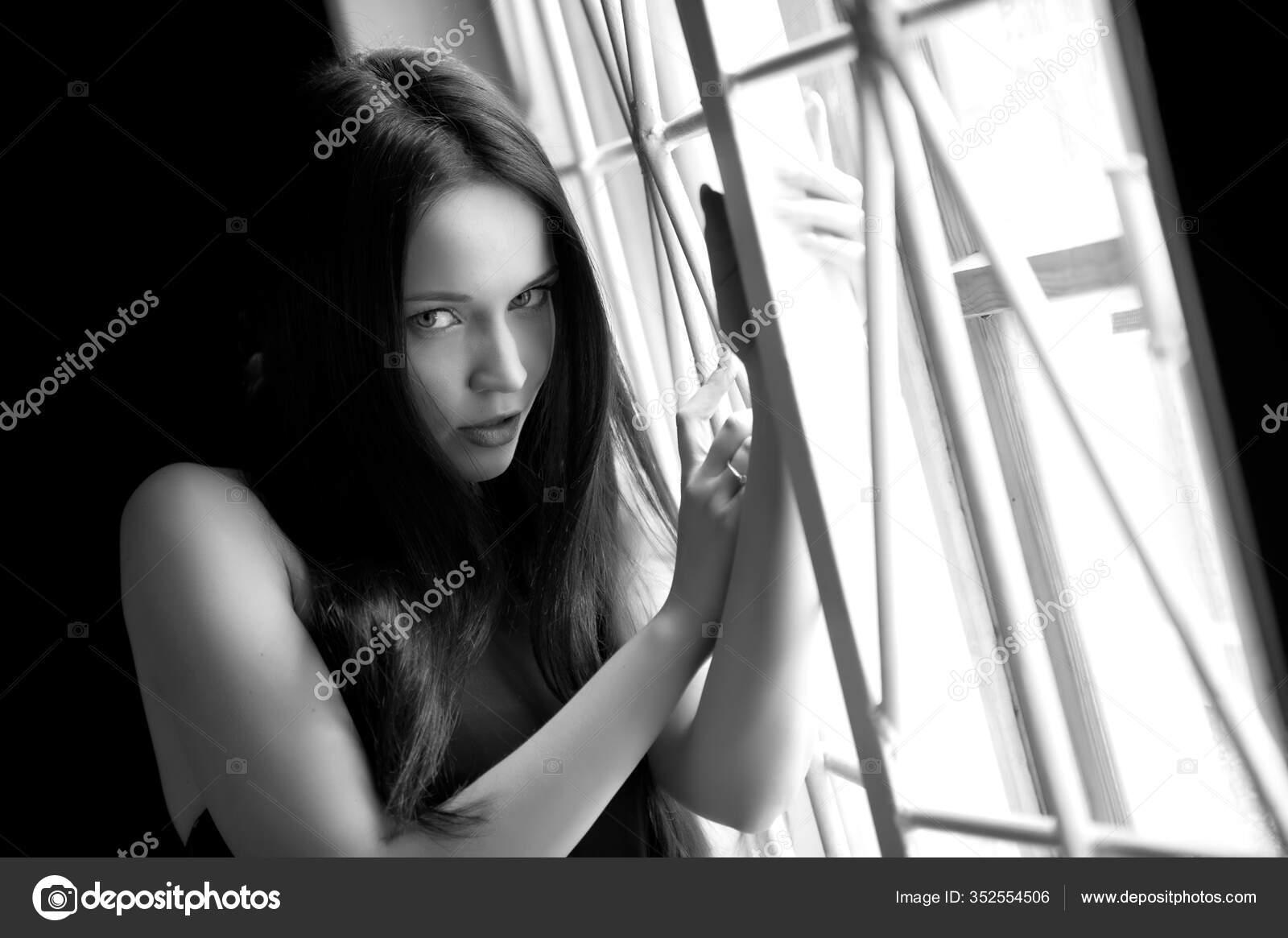 Schöne brunette Mädchen posiert in einem shop