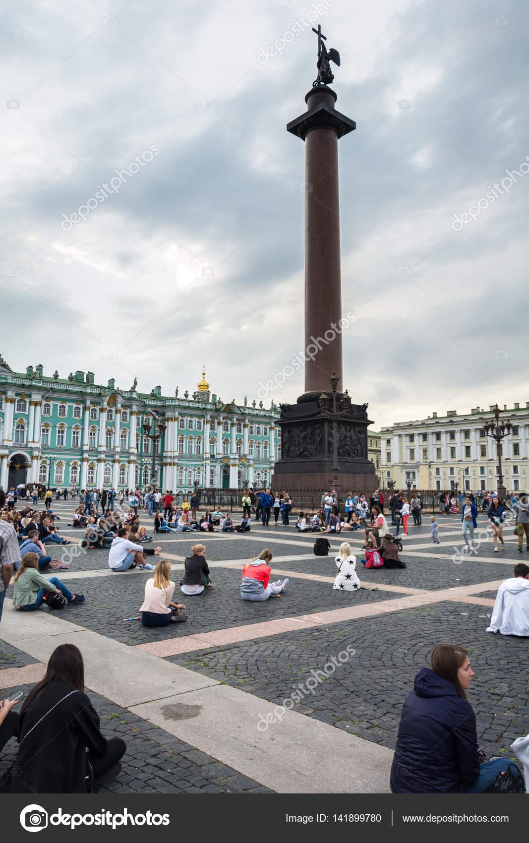 as pessoas gostam da arte de músico de rua na Praça do palácio, St ... a2bdc13c3f
