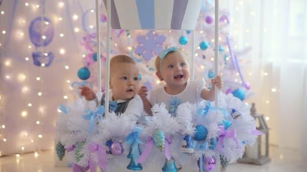Malý chlapec a dívka zábavné vánoční strom