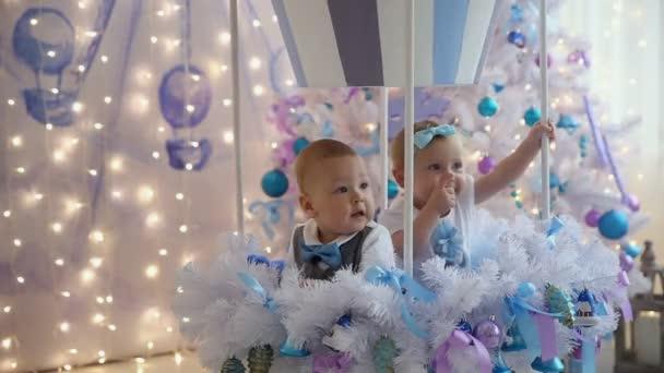 Malou holčičku a chlapce zábavné vánoční strom