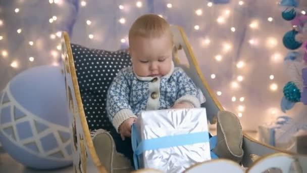 Kleine Junge Schlitten Weihnachten und Geschenk