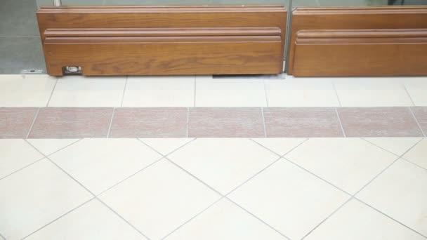 Žena nohy a boty a punčochy