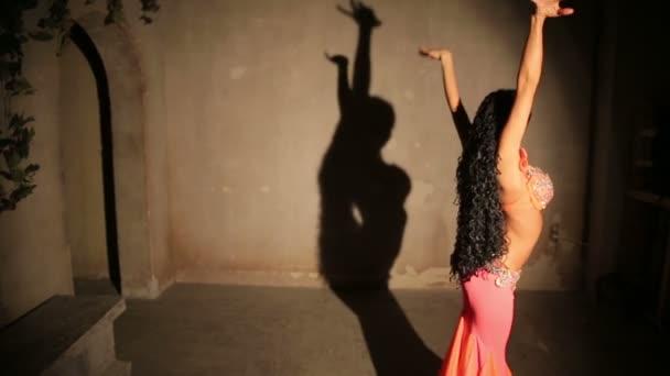 Bauchtänzerin im roten Kleid mit Schatten