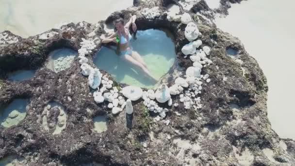 Luftaufnahme einer jungen Frau am Strand. bali. Ozean