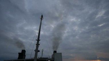 Trichter ist Schornstein oder Kamin auf Schiff verwendet, um die ...
