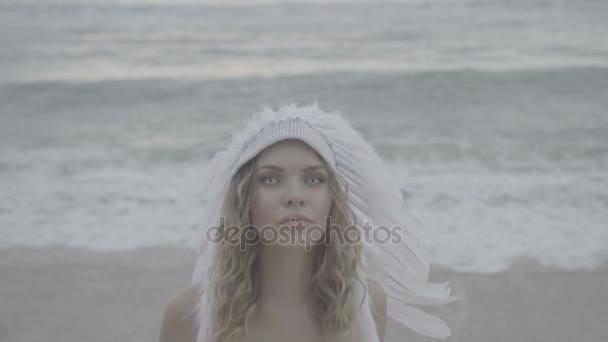 Frau mit weißen Augen und Indianerhut