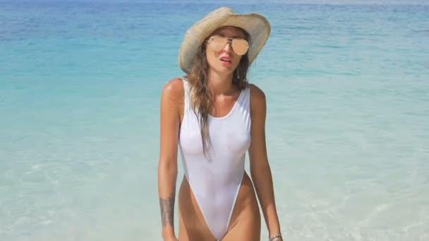 Szexi lány a trópusi paradicsom-strand