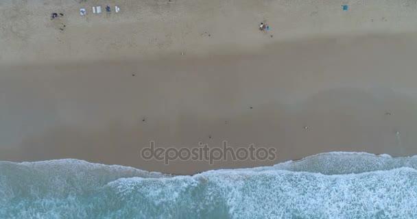 Letecký pohled na pláž a moře vlnami, Phuket