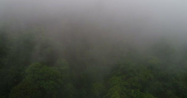 Létání nad vysokými horami v krásné mraky