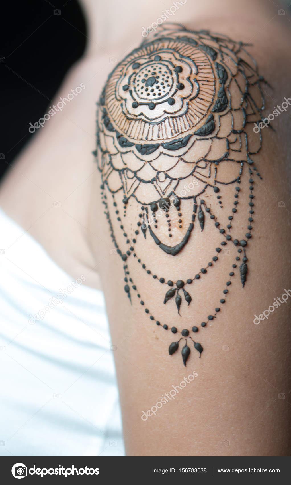 Closeup Henna Tatuaje En El Hombro De La Mujer Fotos De Stock