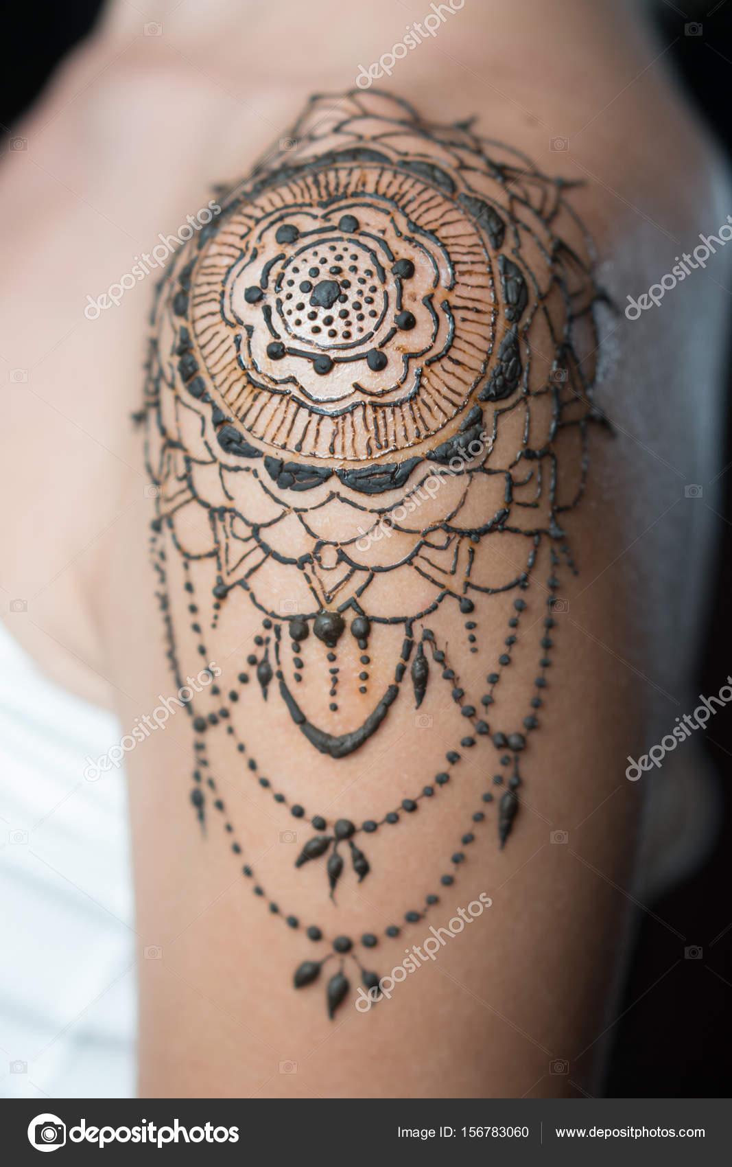 closeup do henna tatuagem no ombro da mulher stock photo nelka7812 156783060. Black Bedroom Furniture Sets. Home Design Ideas