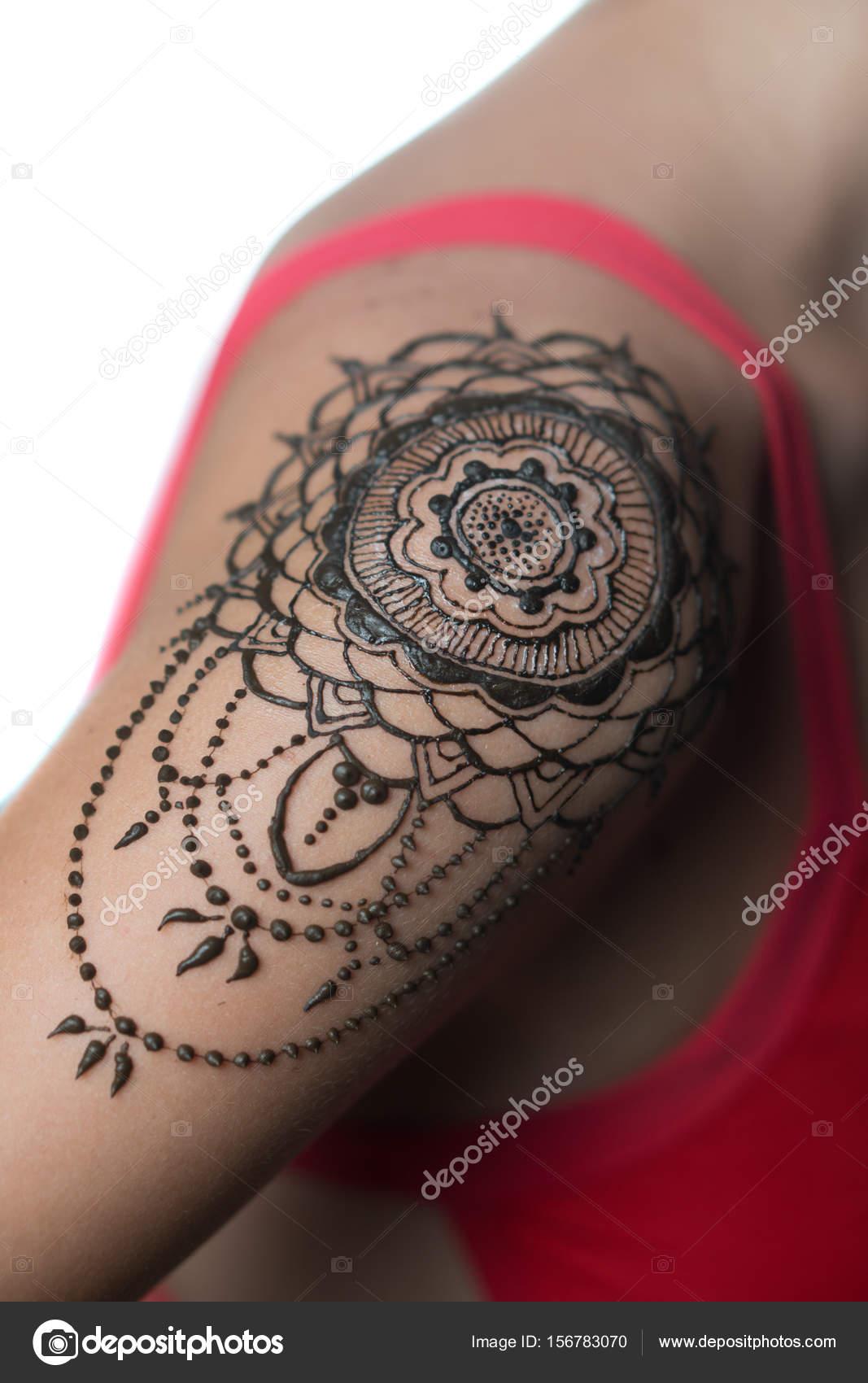 Agrandi Au Henne Tatouage Sur L Epaule De La Femme Photographie