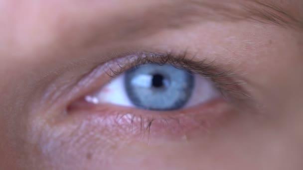 Detailní záběr na ženské modré oko