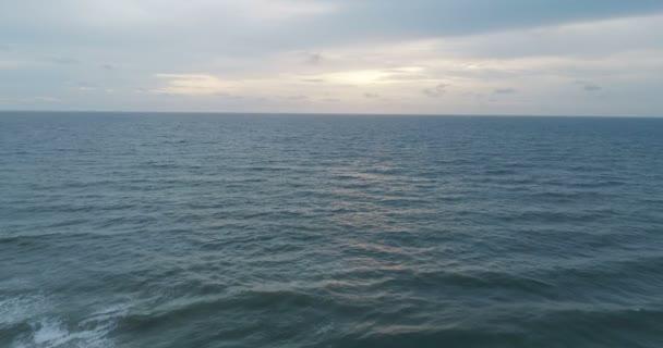 Letecký pohled na západ slunce nad krásným mořem a oblohou