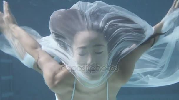 krásná žena pod vodou