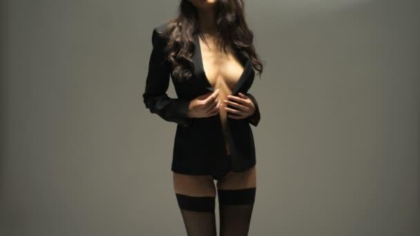 Sexy žena v černé sako a spodní prádlo