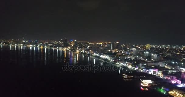 Skyline von Pattaya aus der Luft bei Nacht