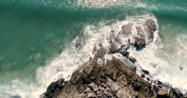Letecký pohled na tropický ostrov a moře vln