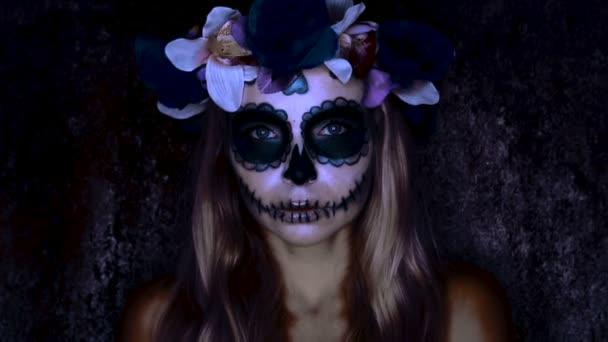Frau mit mexikanischem Zuckerschädel-Make-up