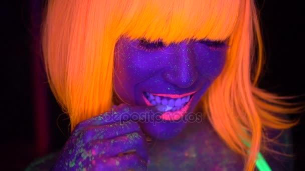 sexy Frau mit fluoreszierendem Gesicht und Make-up