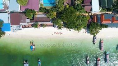 Légi drone lövés szó Zumba nők szép nyári nap folyamán a homokos strandon. Utazási fitness nyaralás koncepció