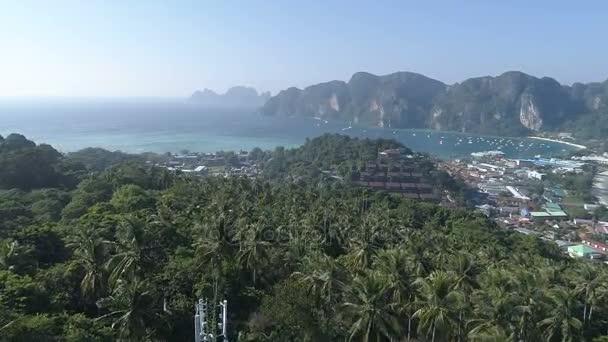 Luftbild-Drohne Blick auf Phi Phi Island während der sonnigen Sommertag, Thailand