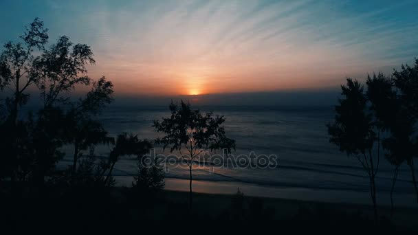 Letecká dron pohled na krásný západ slunce nad mořem a tropický ostrov - video v pomalém pohybu