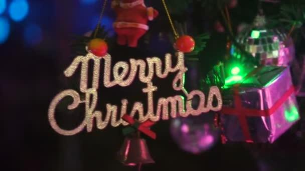 Closeup vánoční ozdoby s textem veselé vánoční na vánoční stromeček
